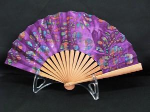 éventail, contemporain, de fabrication, Française, monture en poirirer, tissu batik, prix45€.
